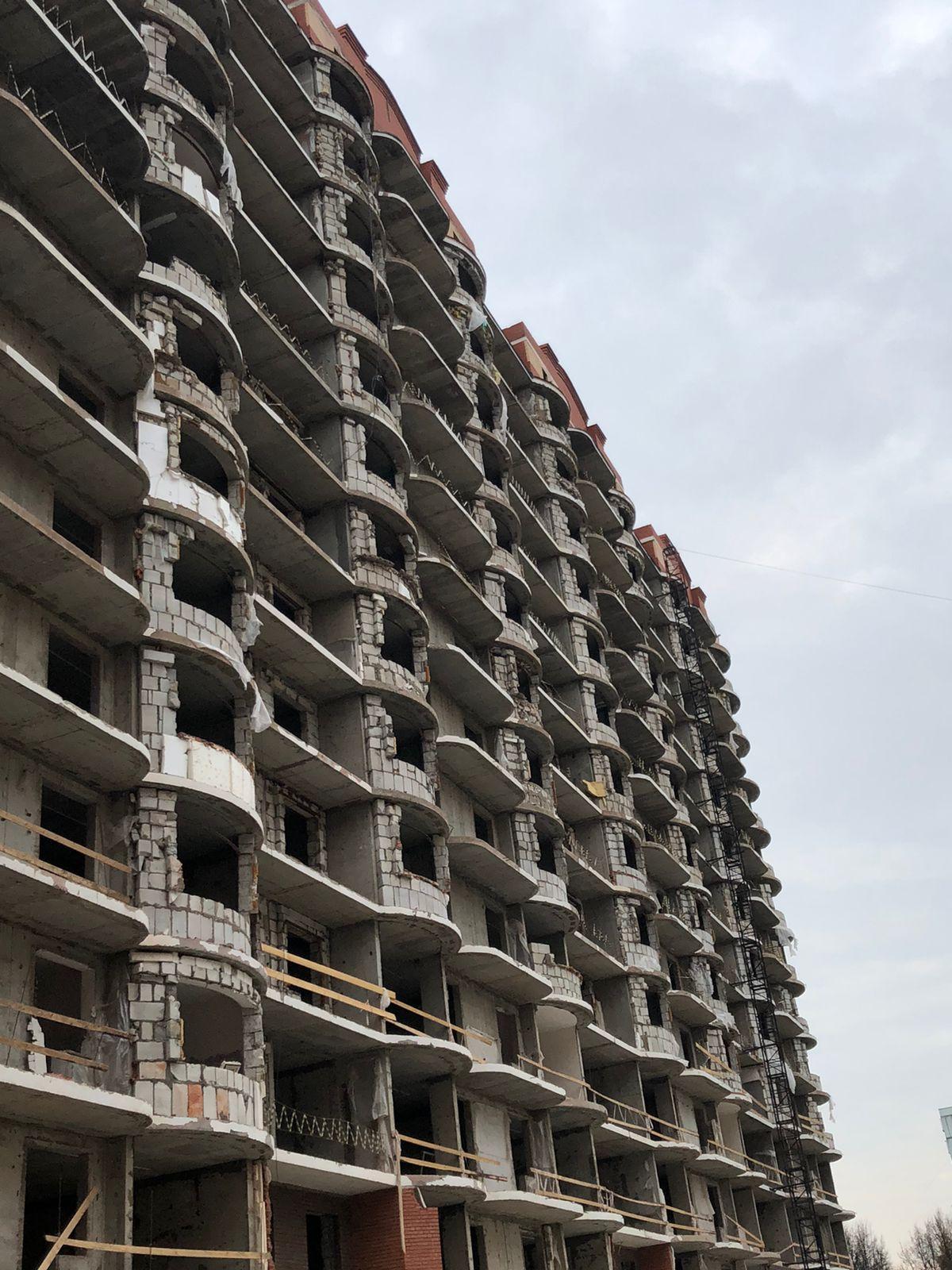 На 1-м корпусе демонтировано 75% фасада